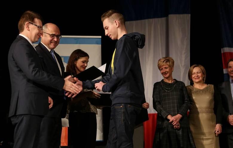 Gimnazjaliści z Ostrowca z certyfikatami. Miasto zapłaciło za egzamin