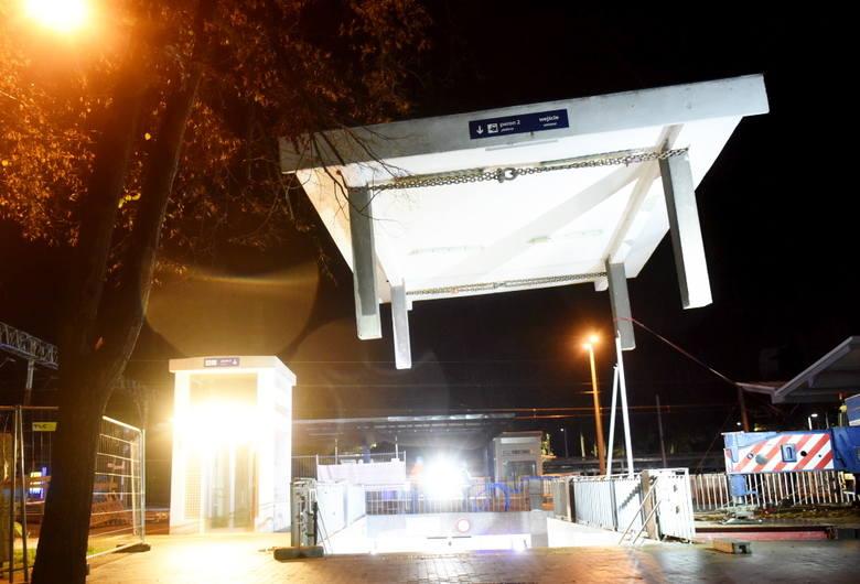 Dworzec PKP w Zielonej Górze cały czas się zmienia. Obecnie trwają prace związane z wymianą zadaszenia podziemnego wejścia od ulicy Dworcowej. Pracownicy