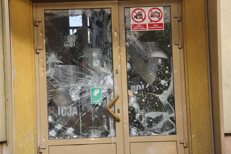 Protest pod budynkiem komisariatu policji w Lubinie 8.08.2021