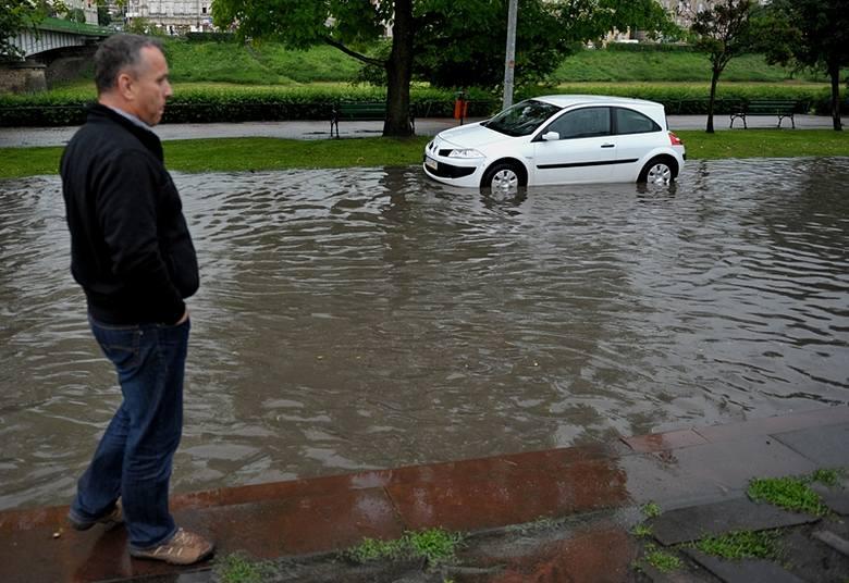 Na brak pracy nie narzekali także policjanci i strażnicy miejscy. Dochodziło do kolizji drogowych, zabezpieczać trzeba było także zalane ulice.