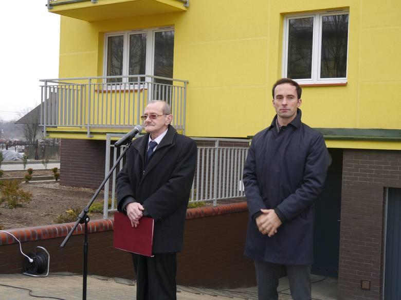 Prezes RTBS Lech Szalkowski i burmistrz Rypina Paweł Grzybowski podczas oddania nowego bloku przy ul. Mławskiej.