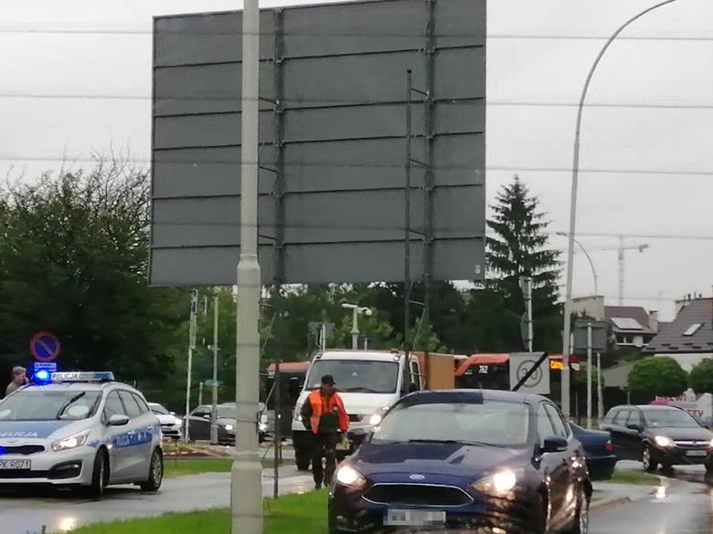 Przed godz. 17 na rondzie w pobliżu al. Niepodległości w Rzeszowie doszło przed chwilą do kolizji dwóch osobówek. - Od razu zaczęły się robić korki -