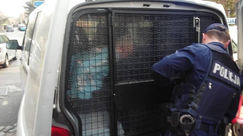 Akcja przed prokuraturą w Szczecinie. Rzucił się z nożem na dziennikarzy! Padły strzały ostrzegawcze