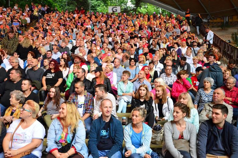 """O godzinie 20 rozpoczął się Kabareton 2017 w Koszalin pod hasłem """" Bananowa republika"""". Sprawdź czy jesteś na tych zdjęciach lub rozpoznajesz"""