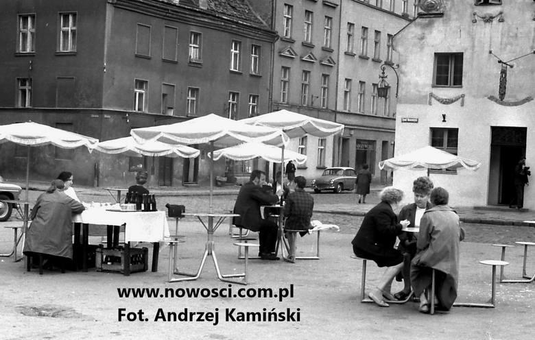 Stoliki i parasole przed Modrym Fartuchem w 1969 roku