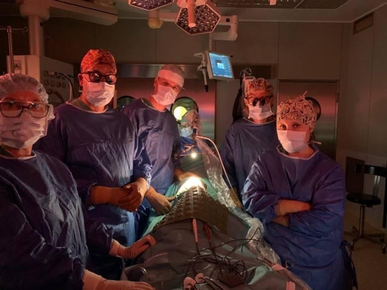 Zespół operacyjny w składzie (od lewej): mgr Ewa Kopczyńska, prof. dr hab. Piotr Czauderna, dr n. med. Maciej Murawski, lek. Marta Bielewicz, dr n. med.