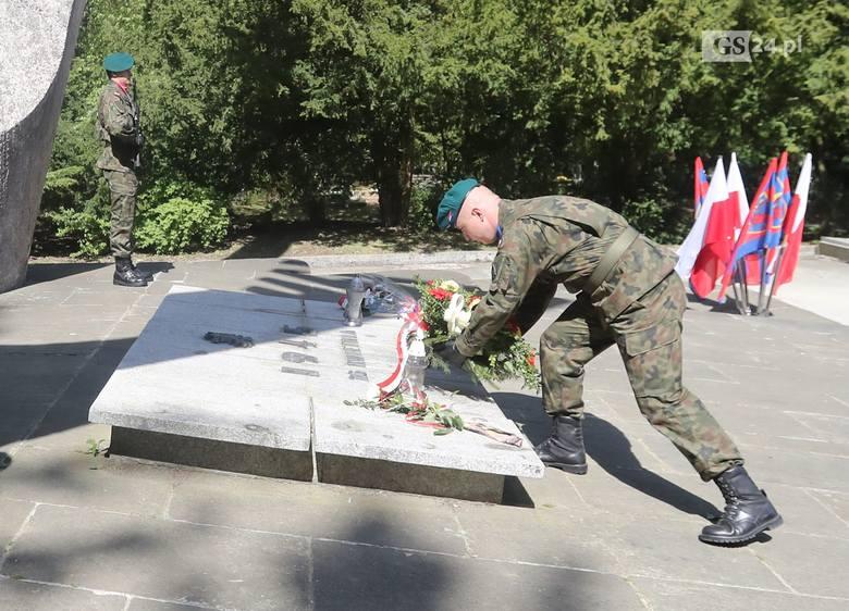 Uroczystości wkroczenia oddziałów Armii Czerwonej do opuszczonego przez Niemców Szczecina odbyły się dzisiaj na Cmentarzu Centralnym przy pomniku Braterstwa