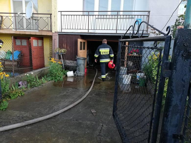 Piwnice i ulice pełne wody – na wadowickim os. Jedność pękła rura wodociągowa [ZDJĘCIA]