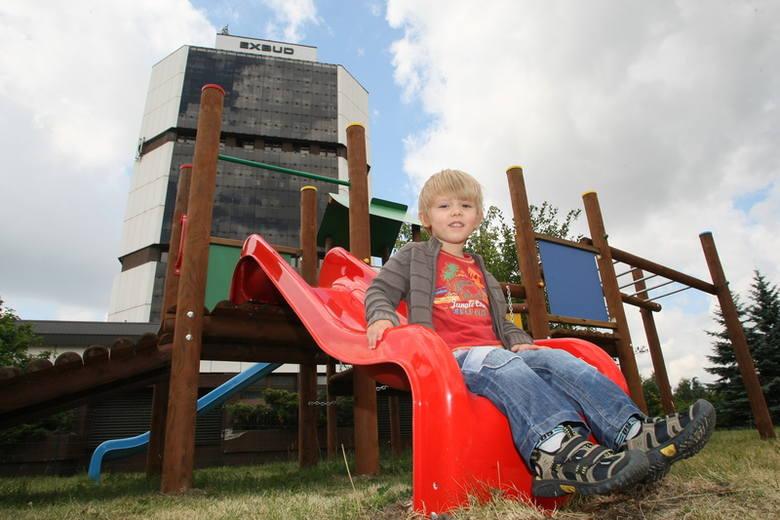 Przylegający do letnich ogródków plac zabaw dla dzieci to świetne rozwiązanie. Na zdjęciu Mikołaj.