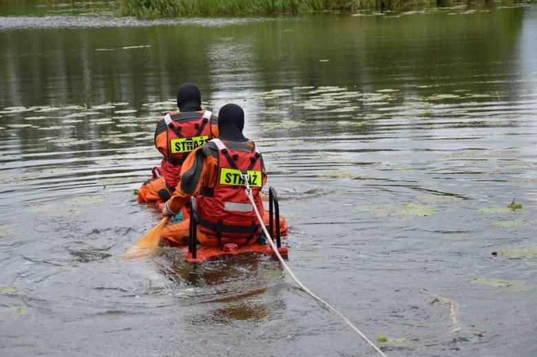 """Przybyli na miejsce strażacy próbowali dostać się do wzywających pomocy tworząc """"most"""" z drabin. To się nie powiodło. Ostatecznie oboje"""