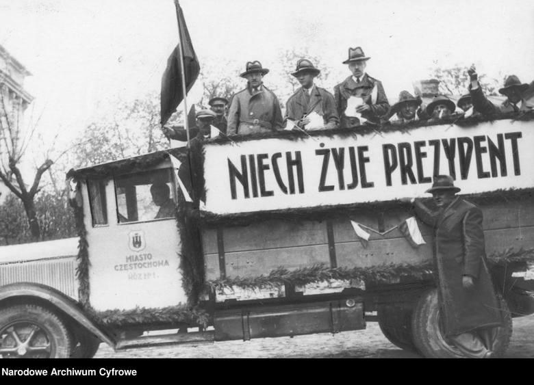 Jak głosowaliśmy 50 i 100 lat temu? Zobacz archiwalne zdjęcia z wyborów. Lokale wyborcze pękały w szwach!Samochód agitacyjny na ulicach Częstochowy z