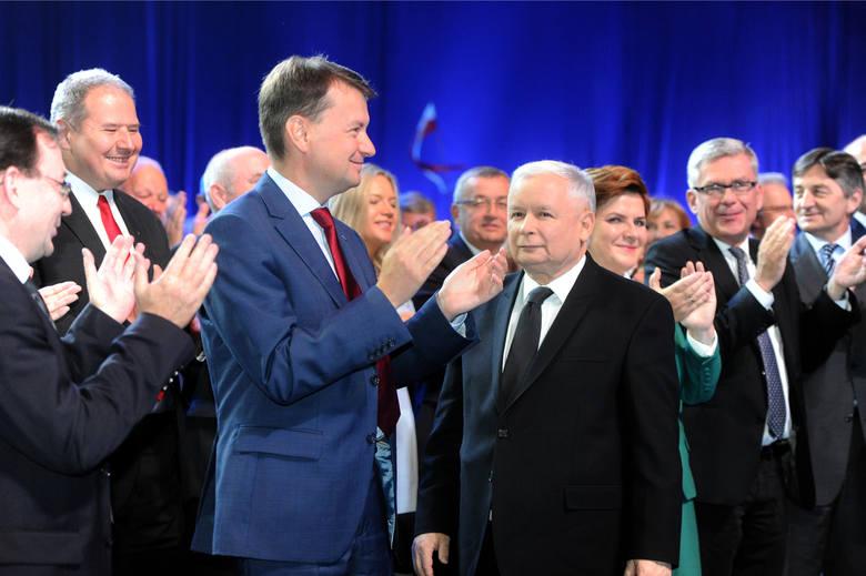 Mariusz Błaszczak obok Jarosława Kaczyńskiego