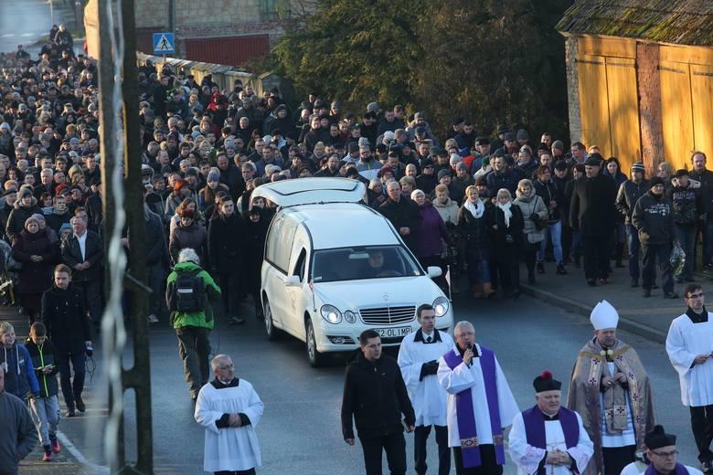 Pogrzeb kierowcy, który zginął w zamachu w Berlinie. Łukasza Urbana żegna ponad tysiąc osób
