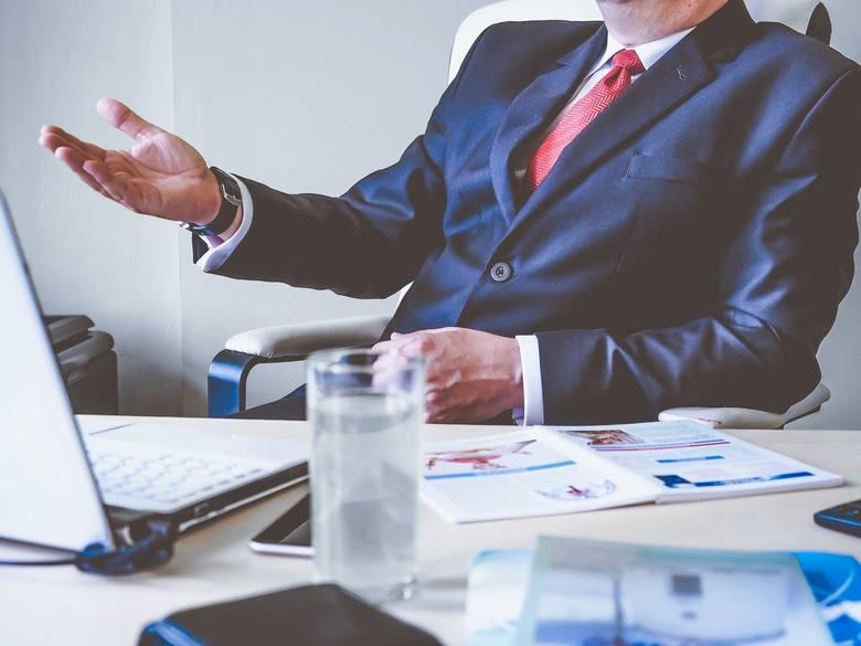 """Licz się ze słowami - ze swoimi oraz z tymi, wypowiadanymi przez szefostwo. Zwroty typu """"w tym miesiącu już nie będzie miał pan nadgodzin"""", """"nie muszą"""
