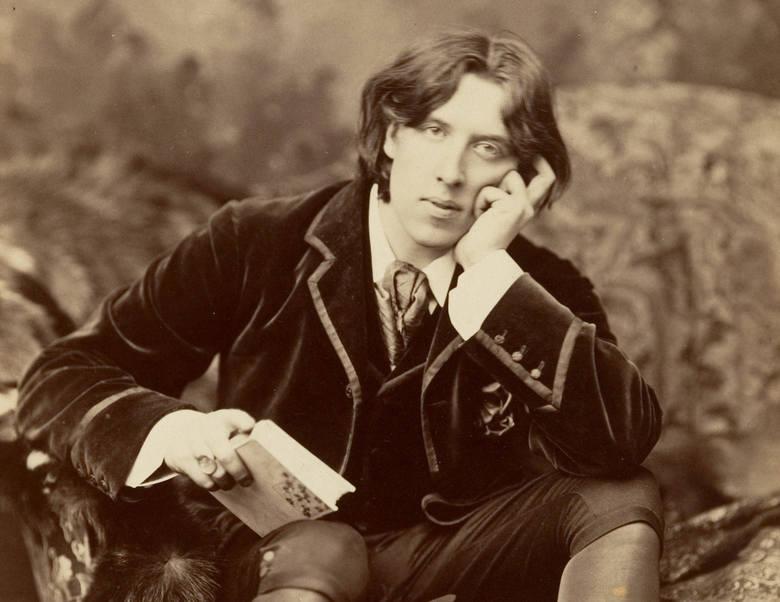 Oscar Wilde Oscar Wilde był autorem błyskotliwych sztuk teatralnych i uznanym prozaikiem. W 1895 roku, u szczytu swojej sławy, został publicznie oskarżony