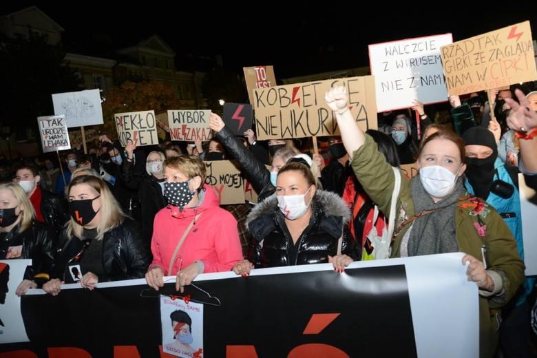 W poniedziałek odbyły się kolejne protesty przeciwko zaostrzeniu prawa aborcyjnego w Polsce. Manifestacje są organizowane w całej Wielkopolsce. Zobacz