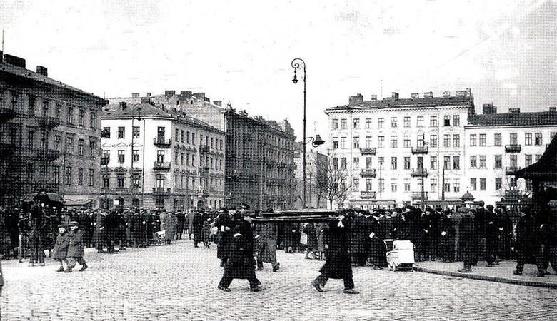 """Fotografia z raportu Stroopa. Oryginalny podpis brzmiał: """"Siłą wydobyci z bunkrów""""."""