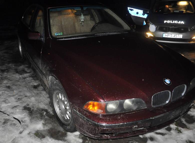 W czwartek tuż po północy oficer dyżurny piskiej komendy otrzymał informację, że na Pl. Daszyńskiego w Piszu samochód uderzył w drzewo, po czym odjechał.