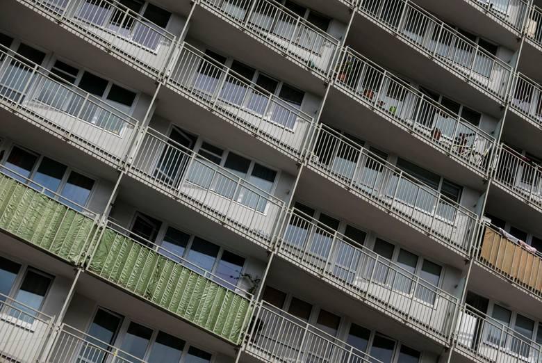 Palący nad głową sąsiad to codzienność niemal każdego blokowiska. W każdej klatce znajdzie się ktoś, kto na balkonie puszcza  dymka. Tytoniowa, intensywna