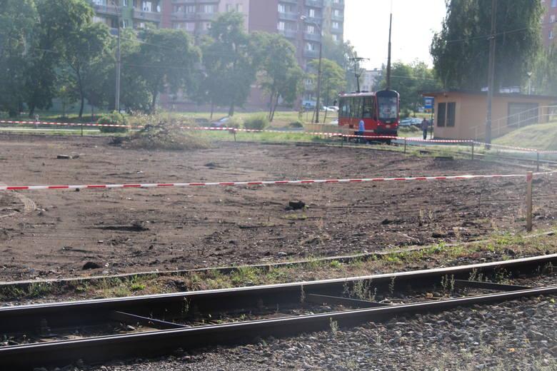 Obecnie przy ul. Grodzieckiej trwa m.in. usuwanie starej nawierzchni chodników. Tuż obok powstanie około 90 miejsc parkingowych
