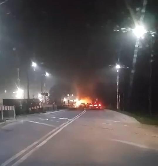 Pojazd zapalił się we wtorek o świcie (ok. godz. 5.30) na ul. Jędrzejowskiej, gdy wiózł pracowników na poranną zmianę. Dym wydobywający się z komory