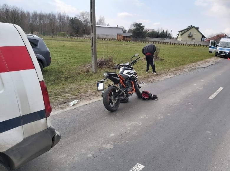 Nastolatek na motorowerze wjechał w auto na ul. Kolumny. Trafił do szpitala w Łodzi
