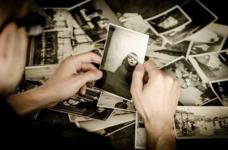 Poproś przyjaciółki o odnalezienie waszych wspólnych zdjęć ze szkolnych lat, z wyjazdów lub nagrań, np. filmu ze studniówki. Upewnij się tylko, że masz