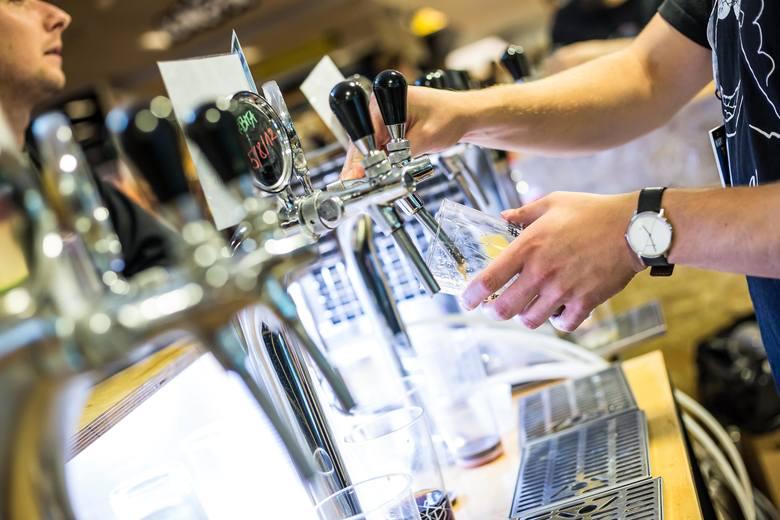 Piwo pozostaje ulubionym napojem Polaków. W ubiegłym roku wydali na nie 16,8 mld złotych. W porównaniu do 2017 r. wartość rynku wzrosła o 7,7 proc.