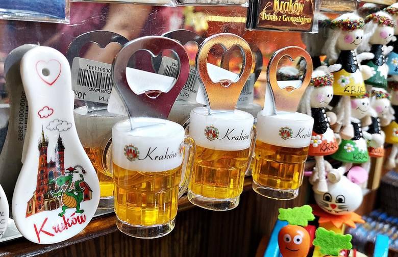 Kraków. Najciekawsze i najdziwniejsze pamiątki, które możemy kupić w Sukiennicach [ZDJĘCIA]