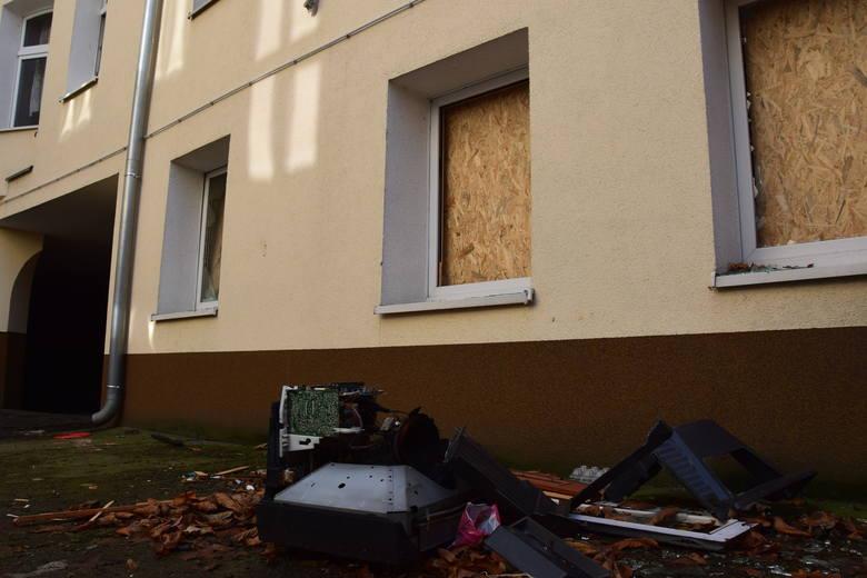 """Gdy pan Lech był w szpitalu, """"dużo młodsi"""" zdemolowali mu dom, wybili szyby i wyrzucili sprzęty. Policja zatrzymała jedną osobę."""