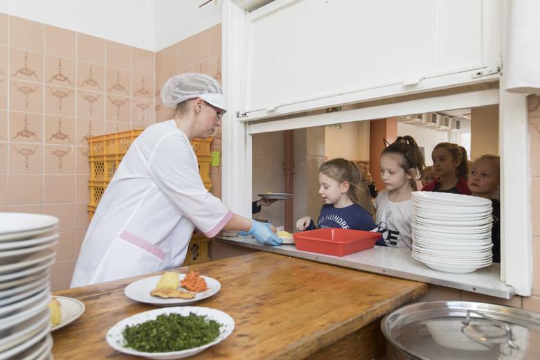 Obiady w szkołach - ile kosztują? Czy bardzo zdrożały?