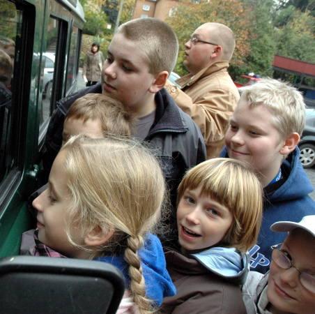 Dni otwarte w Nadleśnictwie cieszyły się sporym zainteresowaniem szkolnej dziatwy. Nic dziwnego, nie co dzień Adrianna Czaja (na pierwszym planie) wraz