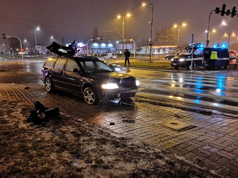 W piątkowy wieczór doszło do wypadku na skrzyżowaniu ulic Fordońskiej i Łęczyckiej w Bydgoszczy. Samochód osobowy uderzył w sygnalizator świetlny. Czy