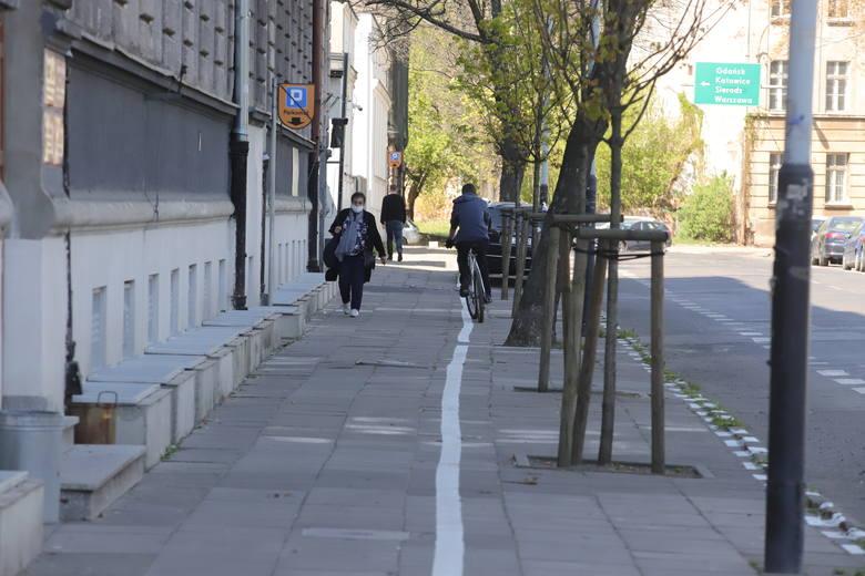 Wyznaczyli miejsca parkingowe w Łodzi na Starym Polesiu. Przez zaparkowane auta piesi nie mogą się minąć zachowując przepisowe 2 metry