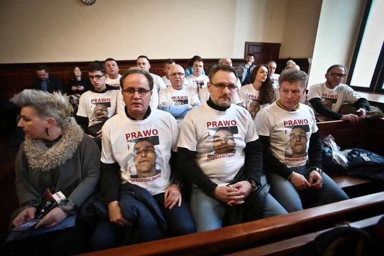 Milcząca manifestacja na procesie policjantów, oskarżonych o torturowanie Igora Stachowiak.