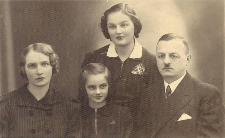 Helena i Ludwik Majchrzakowie z córkami. - Z ostatnich wakacji w Meczyszczu Hala wracała  do domu kilka tygodni - wspominała młodsza siostra Ludwika