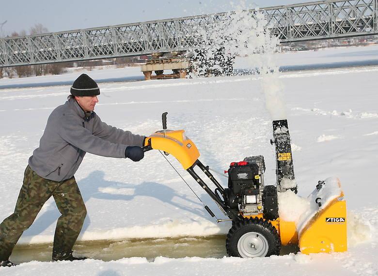 Ratowanie skutego lodem jeziora Łasin Duże - odśnieżanie i dotlenianie