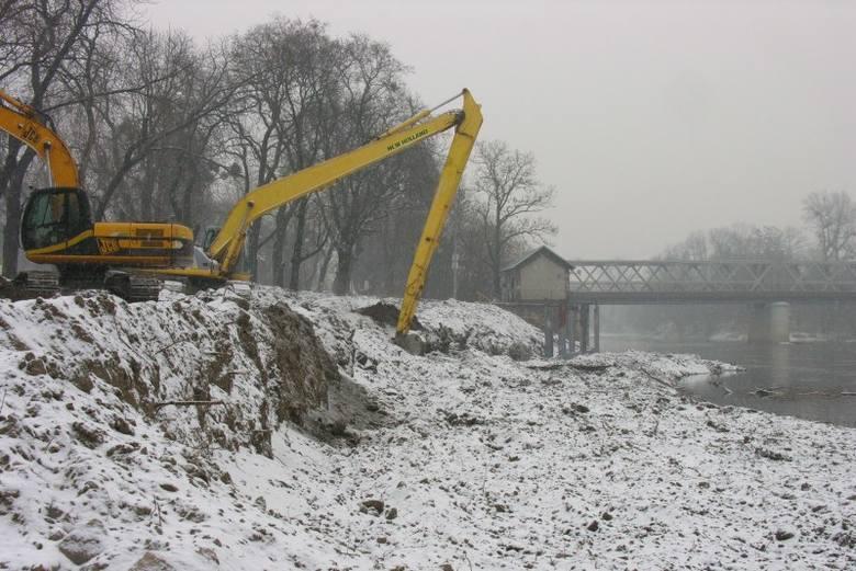 Dotąd pogoda sprzyjała budowlańcom i miejsce, gdzie powstaje przystań rzeczna na Odrze w Brzegu zmieniało się błyskawicznie. W środę spadł śnieg, ale