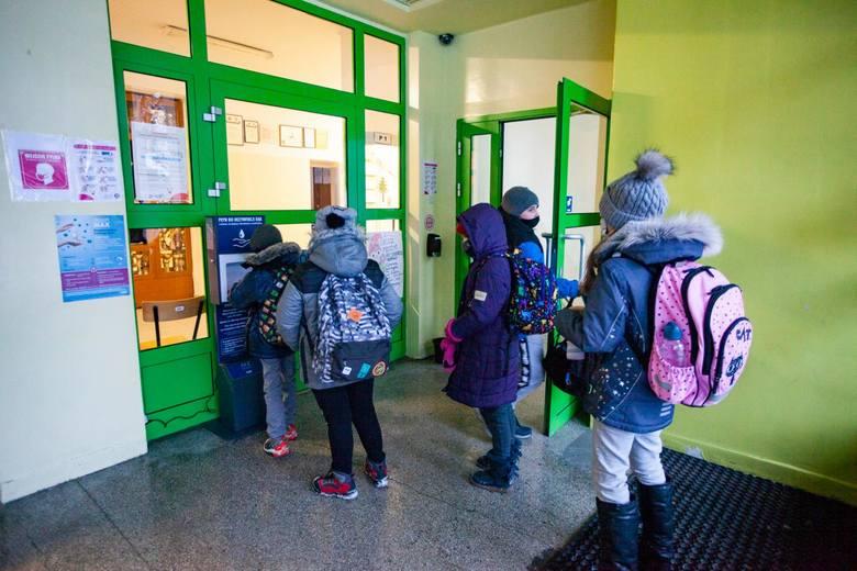 Z uwagi na wysoki wzrost zachorowalności w kraju, od 22 marca do 11 kwietnia, naukę w trybie zdalnym będą realizowali uczniowie wszystkich klas szkół