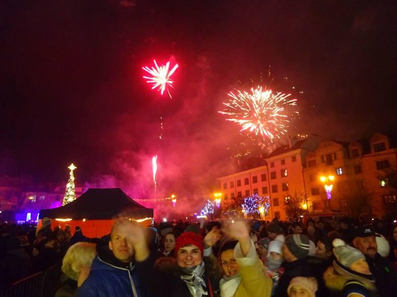 Tak Nowy Rok witają mieszkańcy Ostrowca i okolic na Rynku. Gwiazdą był Krzysztof K.A.S.A. Kasowski. Impreza na Rynku rozpoczęła się o godzinie 21.30.