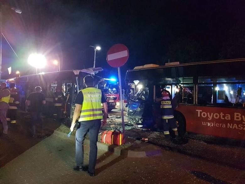 Do zdarzenia doszło po godzinie 2. - Z nieustalonych przyczyn kierujący autobusem jadąc od strony ronda Jagiellonów w stronę ronda Bernardyńskiego zjechał