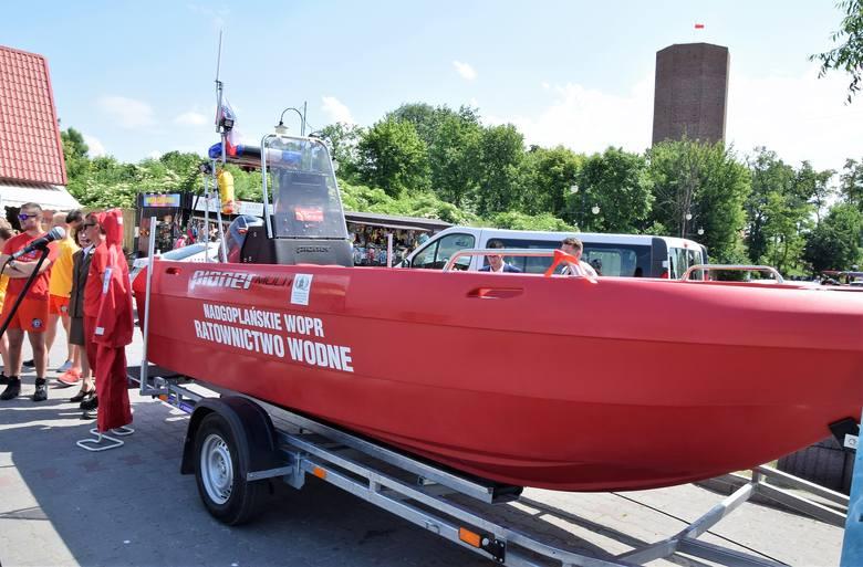 Uroczystość przekazania nowej łodzi ratowniczej dla Nadgoplańskiego WOPR odbyła się na parkingu pod Mysią Wieża w Kruszwicy. Zakup sprzętu pływającego