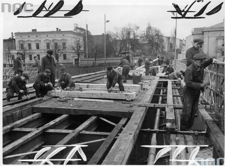 Robotnicy podczas pracy - odbudowa mostu im. Hermanna Göringa