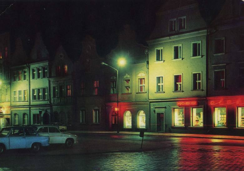 Boom na neony zaczął się w połowie lat 50. Neony - szklane rurki wypełnione świecącym gazem - w czasach PRL wręcz królowały na ulicach, a najwięcej pojawiło