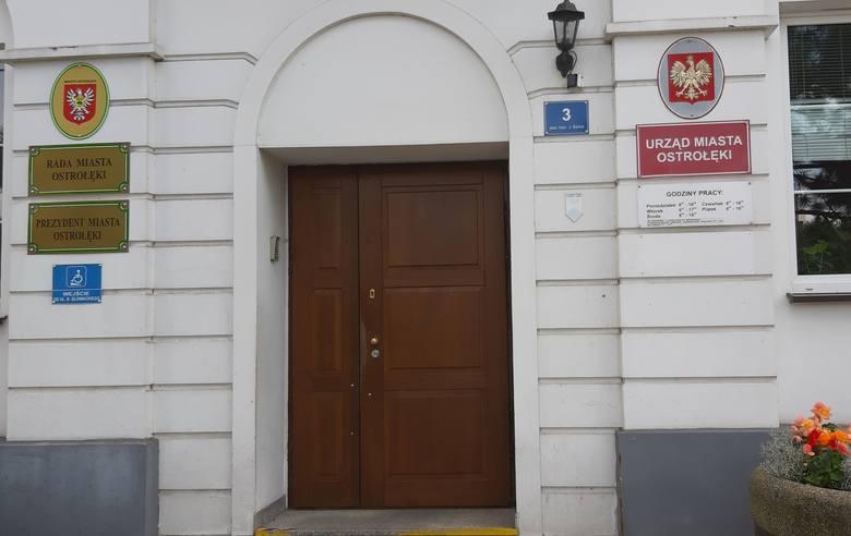 Ostrołęka. Urząd miasta 16.08.2019 nieczynny, ale brak o tym informacji na drzwiach