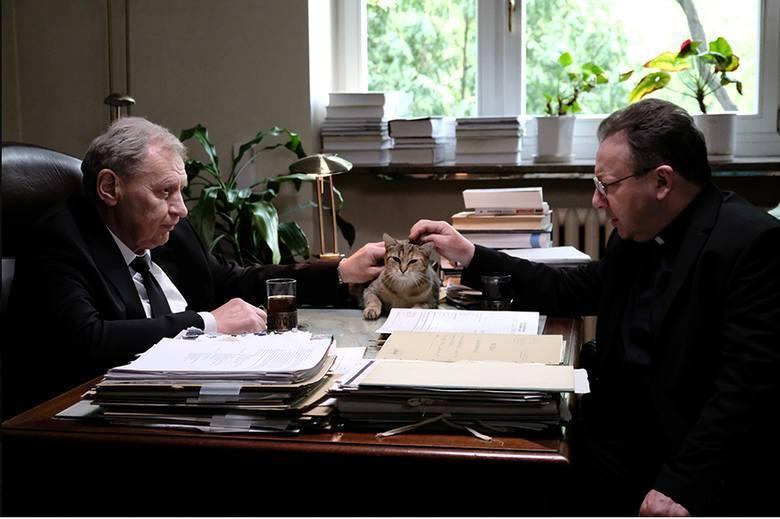 Grany w produkcji przez Zbigniewa Zamachowskiego ojciec Tadeusz Rydzyk jest przedstawiony jako człowiek przebiegły i chciwy. Obok redemptorysty można