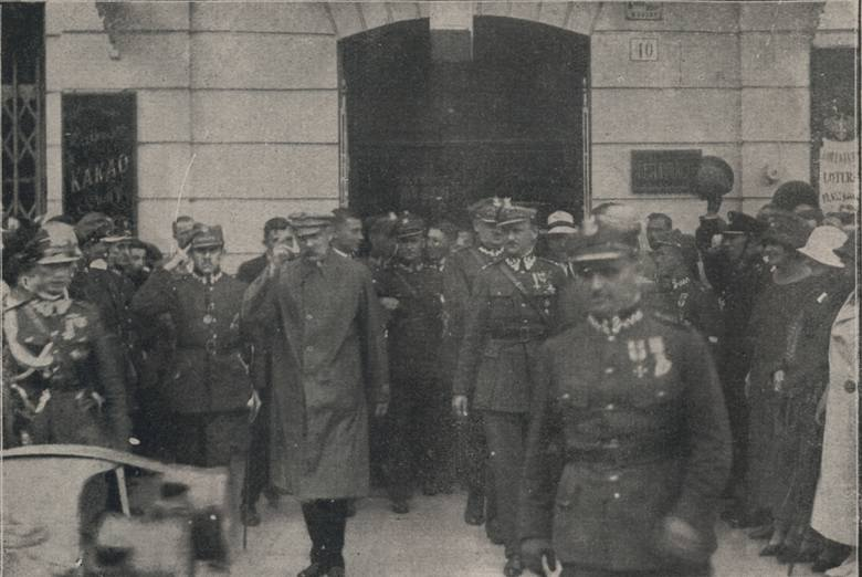 Piłsudski wychodzi z Victorii na odczyt do kina Corso, 1924 r. <br />