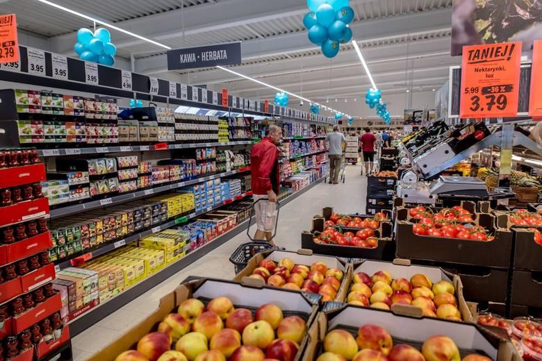 Sprawdziliśmy, jakie są zarobki w Lidlu i na jakie dodatki do pensji mogą liczyć pracownicy jednej z największych sieci sklepów w Polsce. Lidl ma w naszym