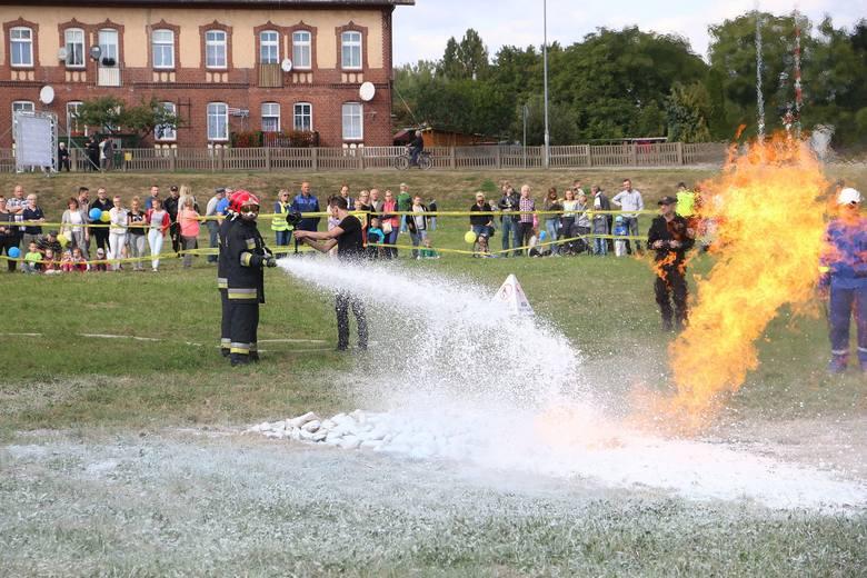 Gaszenie płonącego gazu tzw. średnią pianą.