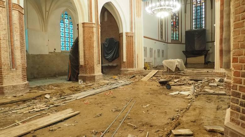 Trwa gruntowny remont w koszalińskiej katedrze. Wnętrze kościoła przypomina dziś jeden wielki wykop, ale wkrótce to się zmieni. Wierni wrócą w listopadzie